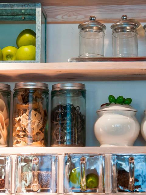 como organizar o armário da cozinha